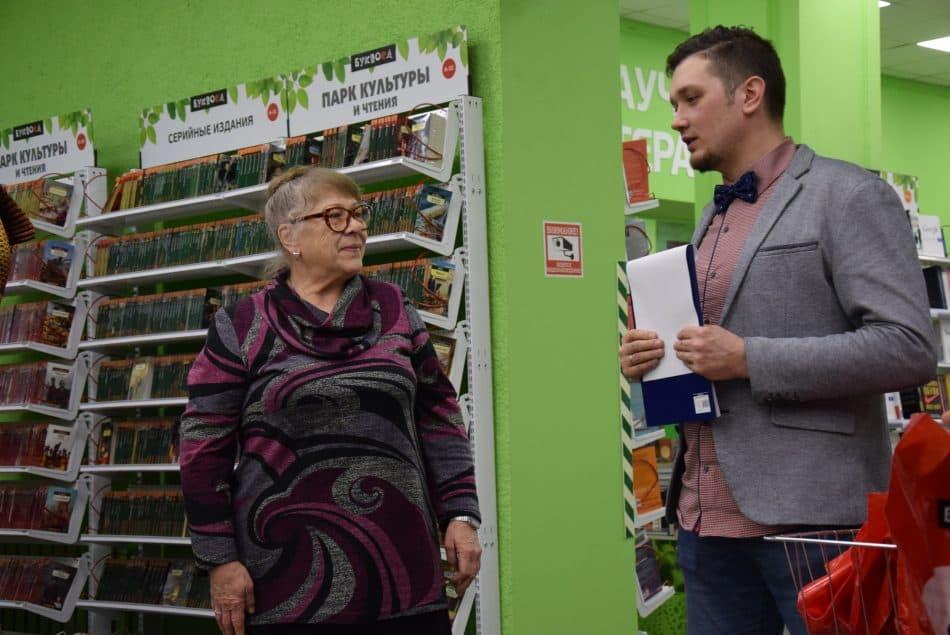 Писатель Олег Кожин, член жюри, награждает Елену Громову. Она написала о романе «Заххок» Владимира Медведева. Фото: Мария Голубева