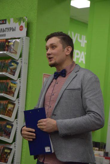 Писатель Олег Кожин, как и все члены жюри, не по одному разу прочел каждую рецензию и очень доброжелательно поделился своим мнением. Фото: Мария Голубева