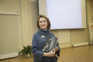 Наталья Гальцина на презентации своей книги в Национальной библиотеке Карелии. Фото Виталия Голубева