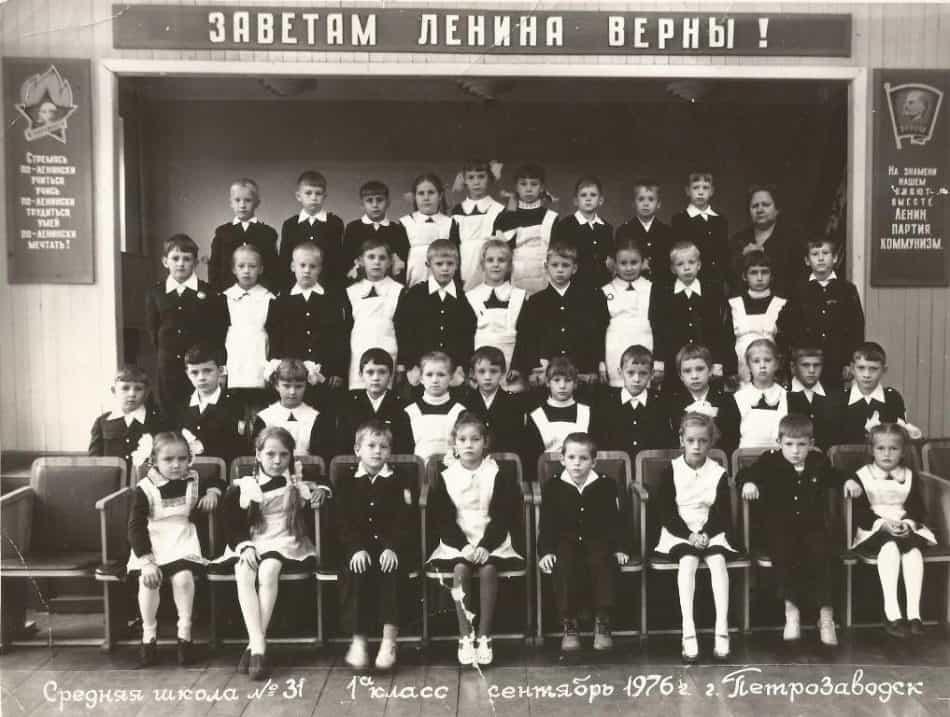 Первый класс, первая учительница - Зинаида Матвеевна Макарова (справа)