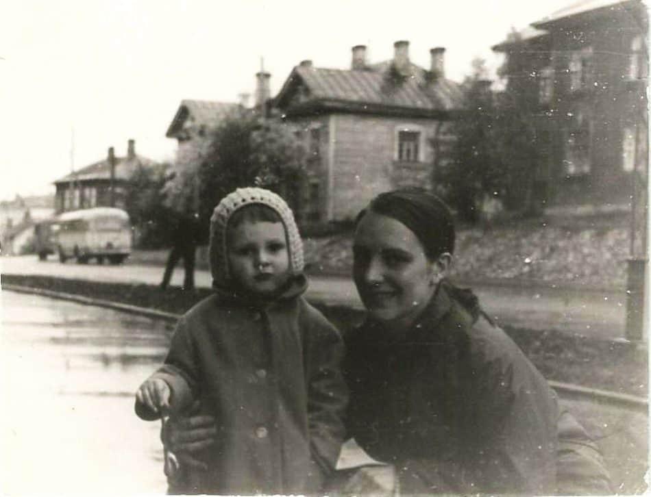 С мамой Катей на улице Красноармейской. Сейчас этих домов уже нет, на этом месте стоянка торгового центра КЕЙ