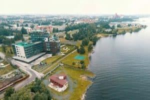 В Петрозаводске вопреки закону частная собственность наступает на 20-метровую полосу у озера. Гугл-просмотр. Август 2017 года