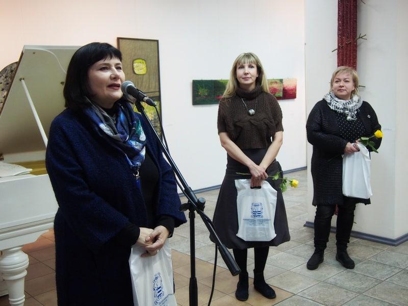 Светлана Синяева, Евгения Арсеньева и Елена Логинова. На выставке «Всё будет хюгге!» в Городском выставочном зале Петрозаводска. Фото Ирины Ларионовой