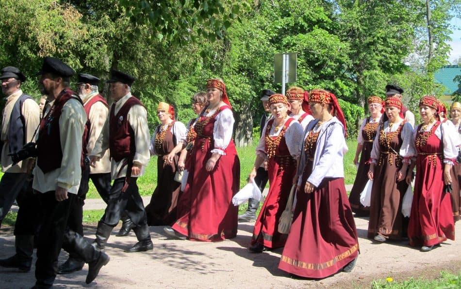 Гости Эпического форума во время праздничного шествия по улицам города