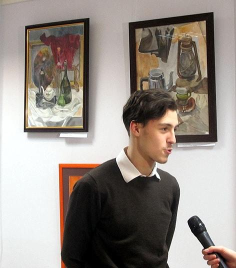 Первое интервью молодого художника. На заднем плане работы Анатолия Кобзева