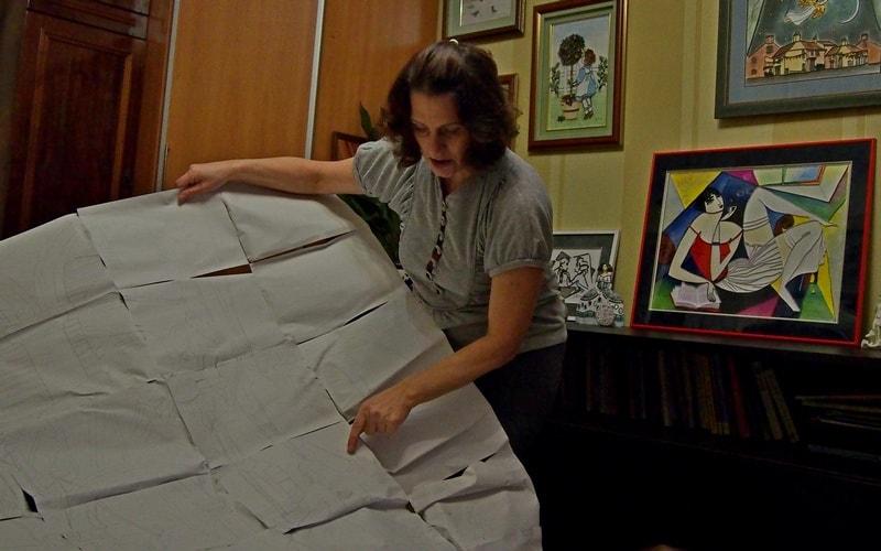 Марина показывает новую схему. Она сожалеет, что у нее нет лишней комнаты, чтобы развернуться, ведь масштаб новой работы примерно 2х3 метра