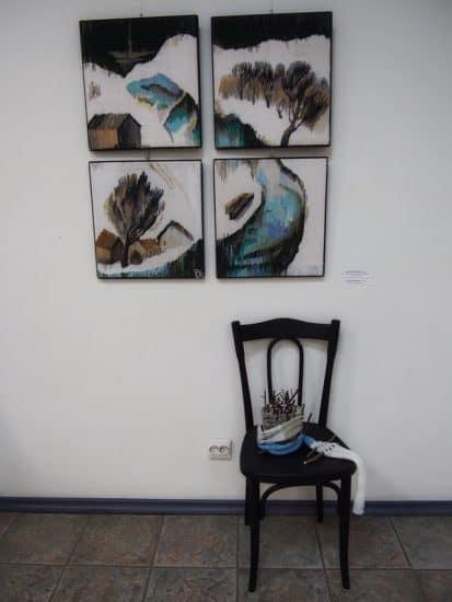 """Светлана Синяева. """"Предзимье"""". На стуле - """"Кочка"""". На выставке «Всё будет хюгге!» в Городском выставочном зале Петрозаводска. Фото Ирины Ларионовой"""