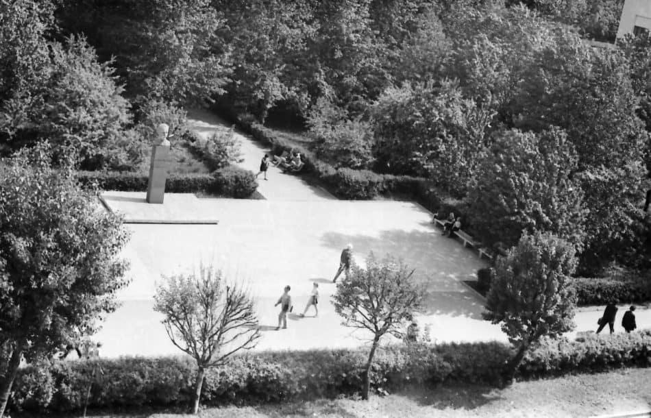 Сквер у памятника Шотману. Фото: Борис Семенов