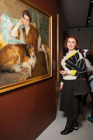 Актриса Елена Ищеева на вернисаже у картины Браза. Фото: www.mos.ru
