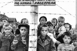 Дети-узники 6-го лагеря в Петрозаводске, 1944 год. Снимок фотокорреспондента Галины Санько