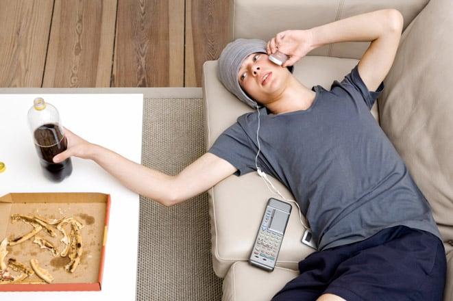 «Лежит на диване, ничем не занимается…»