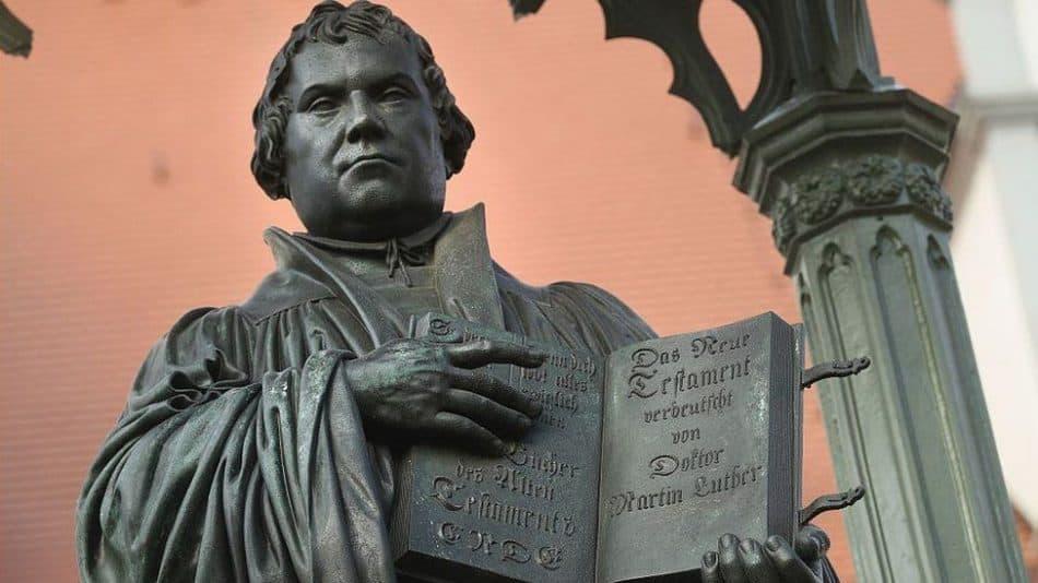 В честь 500-летия Реформации на главной площади города Виттенберг, у того самого собора, к двери которого Мартин Лютер прикрепил свои исторические тезисы, установлен памятник инициатору Реформации. Фото: www.bbc.com