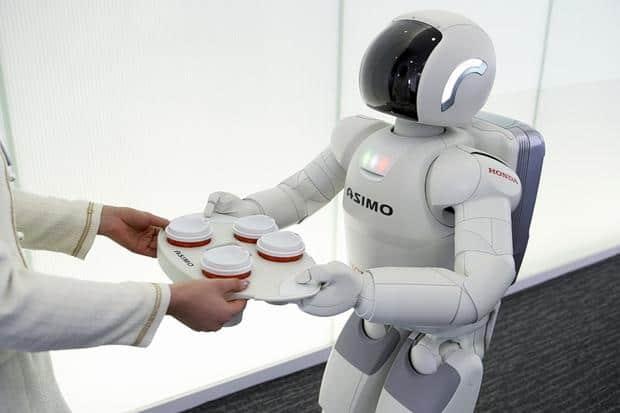 Робот подает кофе. Фото: www.techradar.com
