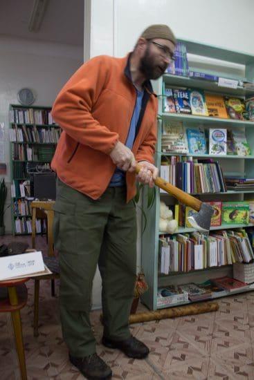 Сергей показывает, как работать с реставрационным топором