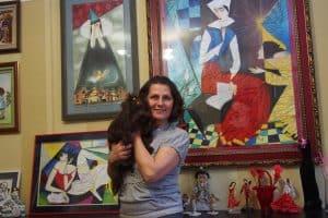 Марина Сысоева. За ее спиной копия с работы Георгия Курасова в технике квиллинга
