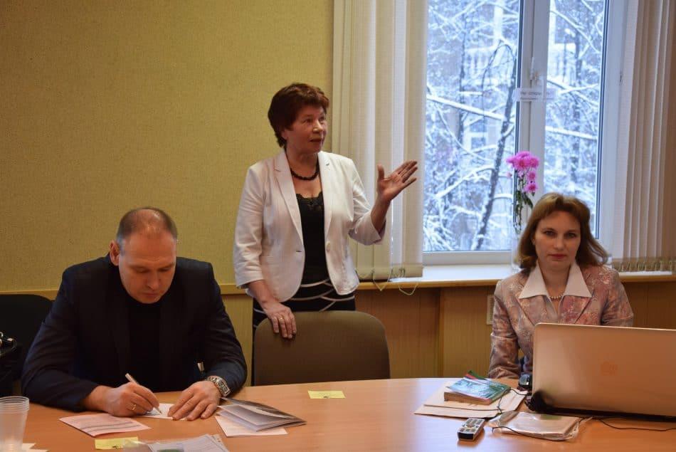 За круглым столом Евгения Макарова (в центре) и Геннадий Сараев