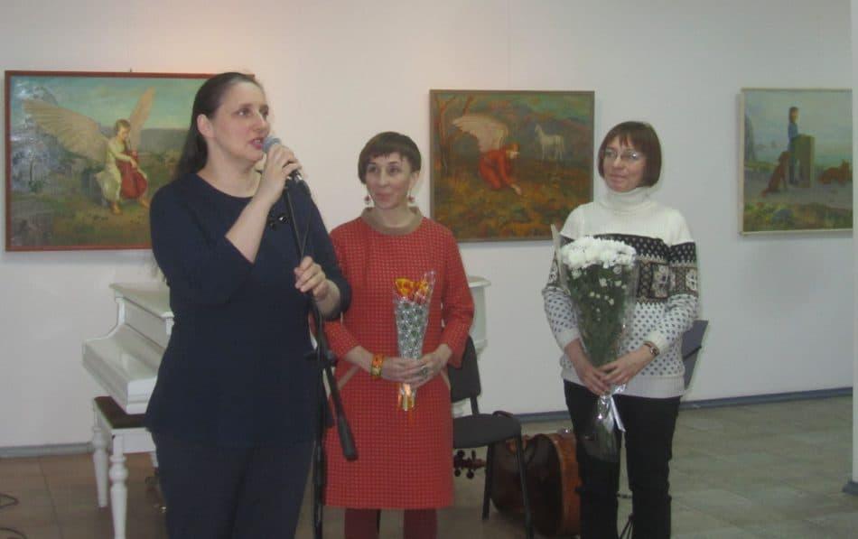 Светлана Кобышева, Галина Калинина и директор ГВЗ Мария Юфа (слева) на вернисаже. Фото Инны Гоккоевой