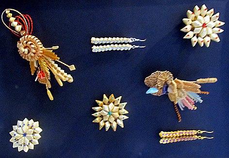 Часть коллекция украшений и сувениров, предназначенных на продажу