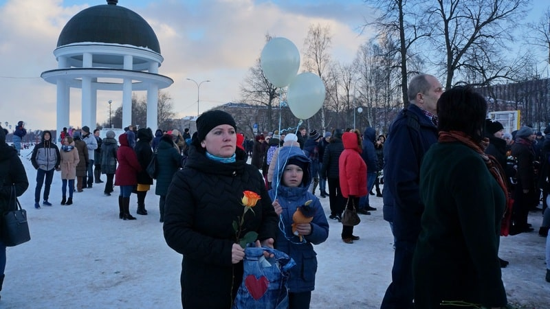 В Петрозаводске на набережной Онежского озера 28 марта почтили память жертв трагедии в Кемерове
