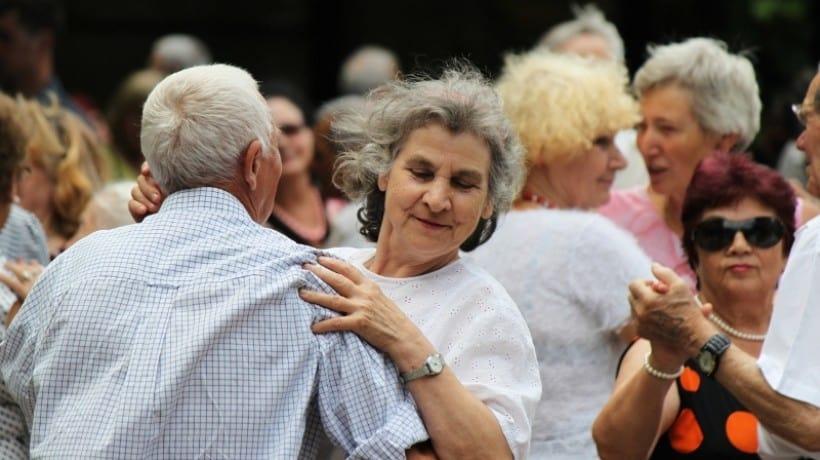 Все долгожители имеют более позитивный взгляд на жизнь, чем их сверстники, больше заботятся о близких отношениях и очень активны. Фото: ria56.ru