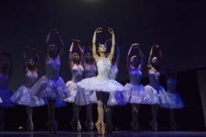 """Сцена из балета """"Лебединое озеро"""". Фото: mrteatr.ru"""