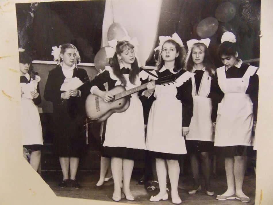 Ольга Саханова с гитарой, справа Ася Евсилевич