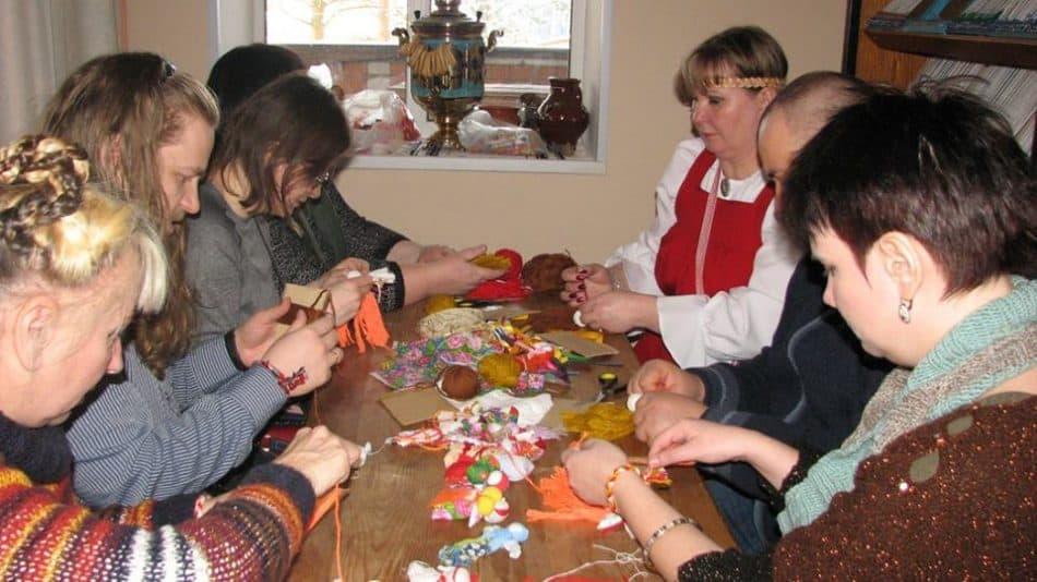 В ДК Эссойлы за изготовлением «куколи Веснянки»