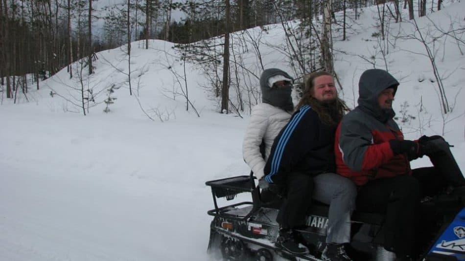 В очередь за прогулкой на снегоходе Александр и Надежда Богдановы из Москвы