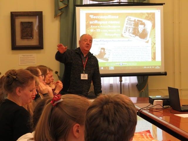 В Национальном музее Карелии под руководством директора музея Михаила Гольденберга проводятся мастер-классы для школьников «Бессмертные семейные истории». Фото НМ РК