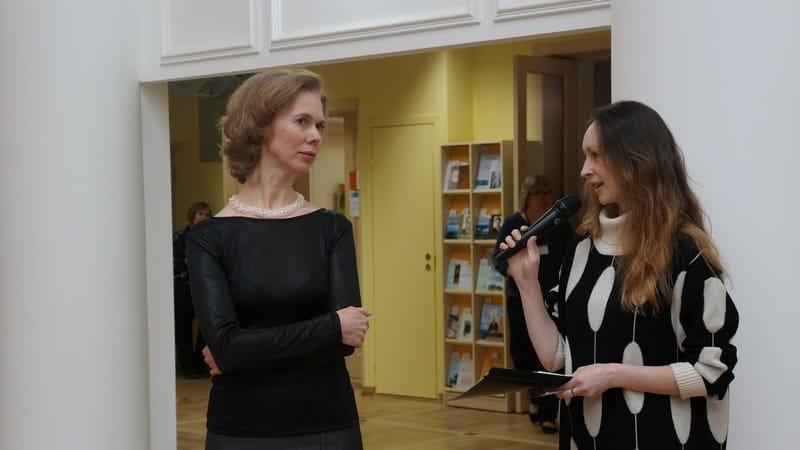 Слева Елена Кубли. Она представила зрителям выставку пластилиновой живописи
