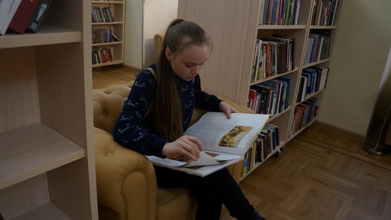 Тихая зона для чтения в Большом читальном зале и впрямь была тихой. Больше всего хотелось остаться там и полистать книги по искусству