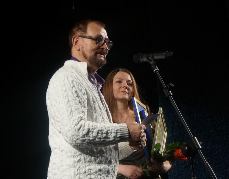 Премию Наталье Ландовской вручает народный артист Карелии Николай Королев