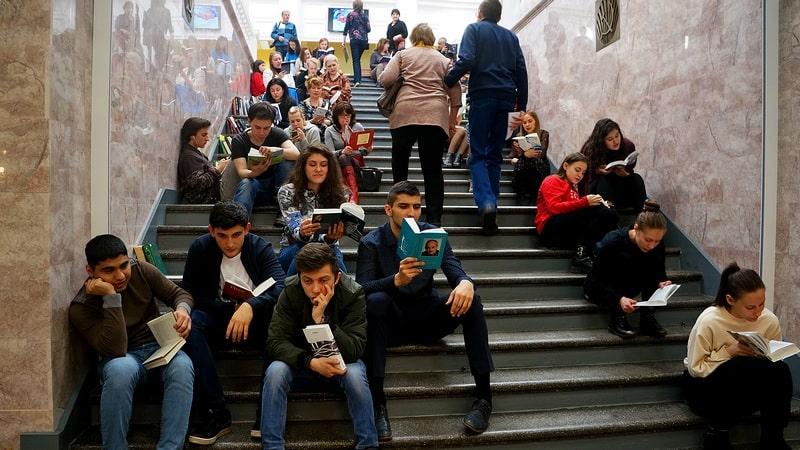"""Флешмоб в память о былых временах """"Читаем на лестнице"""". Так когда-то было и неужели еще может быть?"""