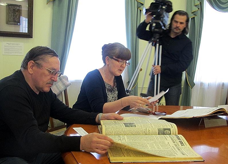 Заведующая отделом фондов Татьяна Сенченко знакомит гостей пресс-показ с выставкой