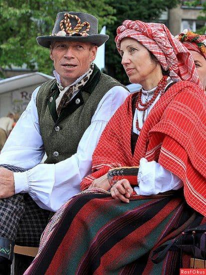 Вряд ли на городских и даже деревенских улицах вы увидите людей в таких костюмах, но на народных праздниках другое дело