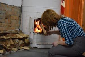 Когда Алена топит печь, из нее выпадают кирпичи, в комнатах дым