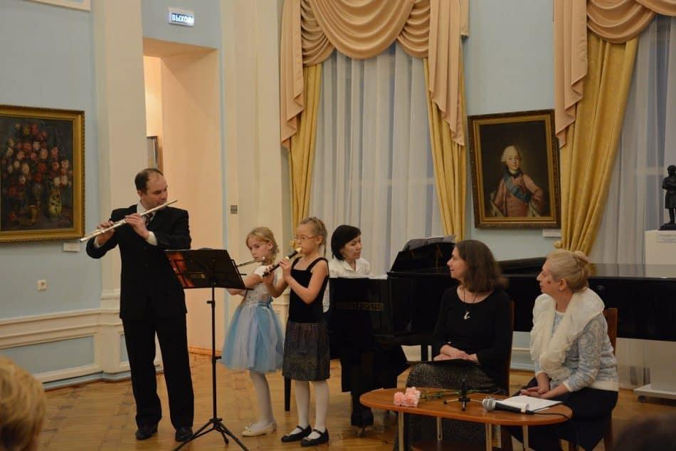 Александр Милицкий с учениками выступает в Музее изобразительных искусств Карелии