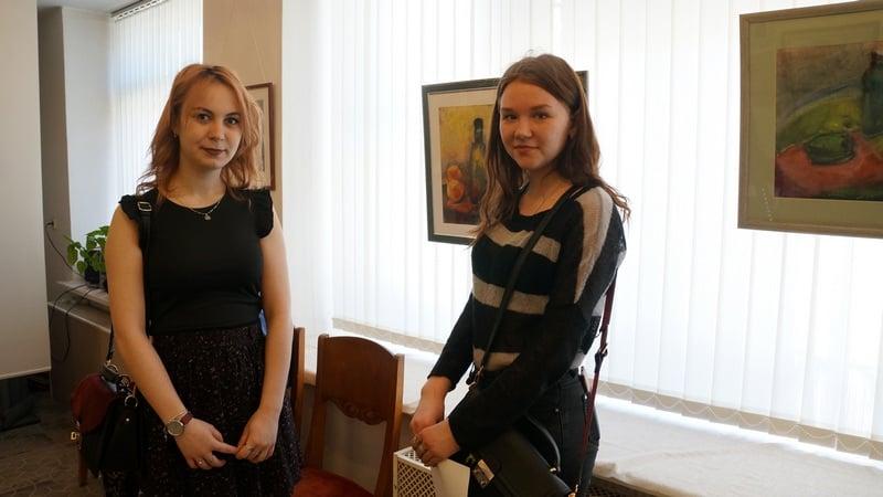 Новые участницы выставки, студенты худграфа Анита Розанова и Ксения Еголаева