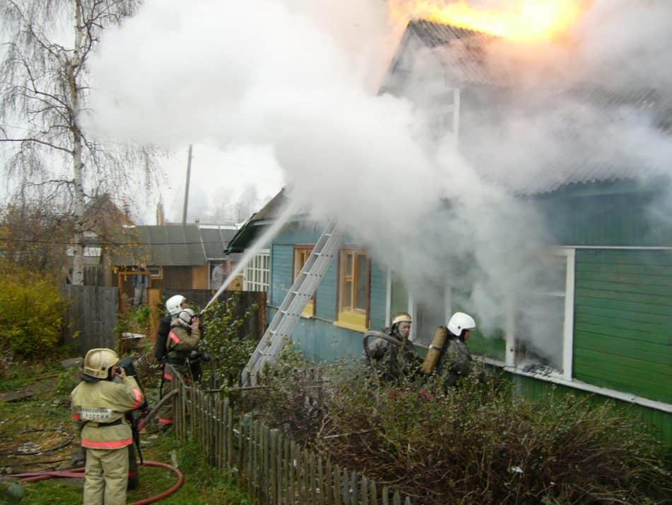 Пожар в деревянном доме на Перевалке