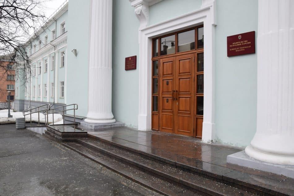 Человек в инвалидном кресле дальше первого этажа в здании Правительства Карелии не продвинется