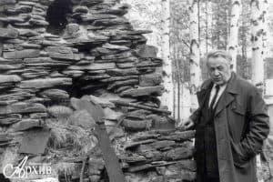 Яакко Ругоев на месте сгоревшего в Великую Отечественную войну дома. Июнь 1988 года. Фото: www.rkna.ru/exhibitions/rugoev/