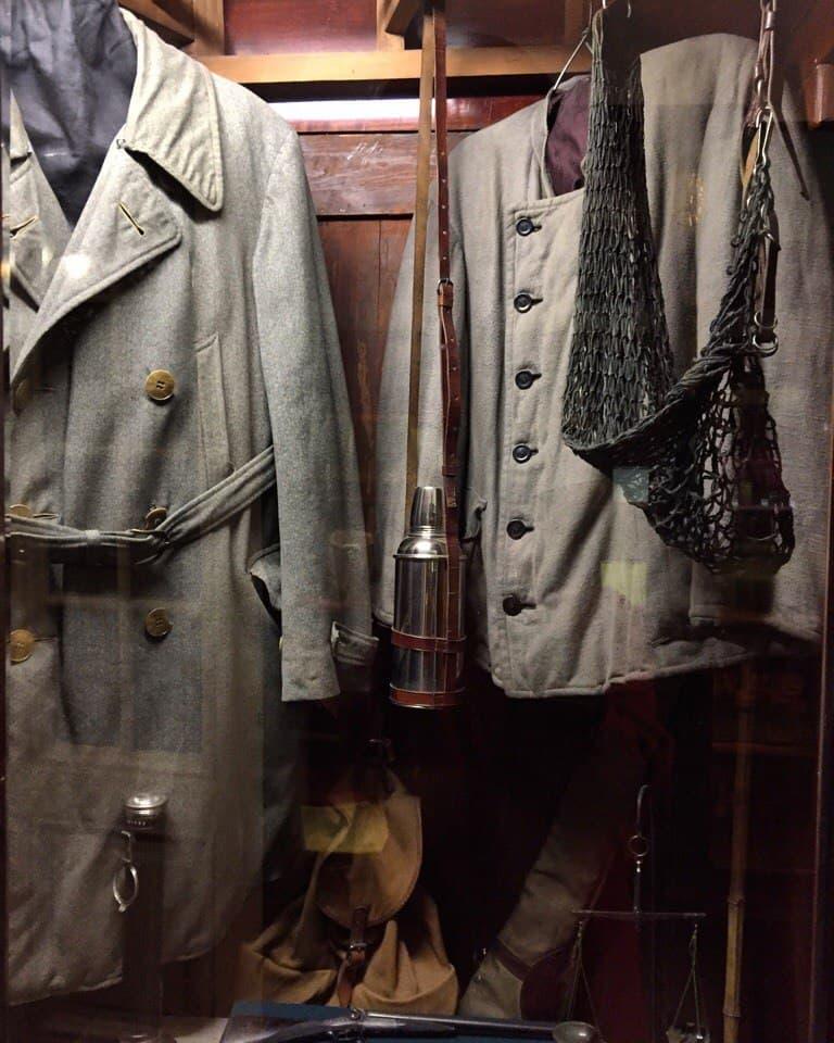 Здесь же хранятся его лыжные ботинки, его одежда – популярные в 30-е  военные френчи и модная кожаная куртка для охоты. 2082997983b