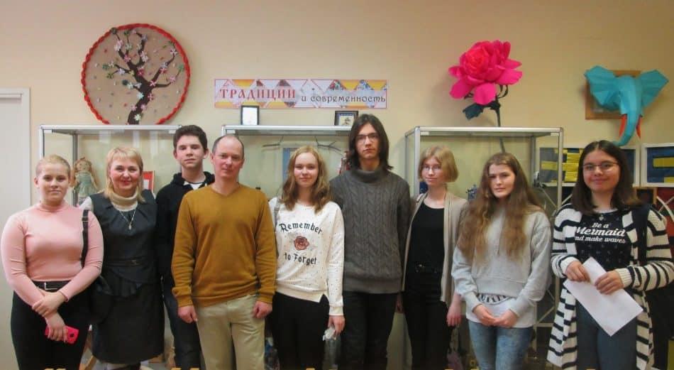 Светлана Бердова (вторая слева) со своими читателями