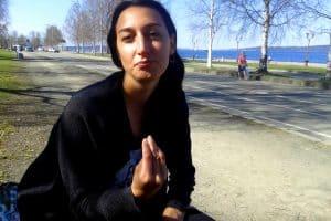 """Джулия Дзанин на набережной Петрозаводска. Этот жест означает """"Что? Что ты сказал?"""" Фото Юлии Юркиной"""