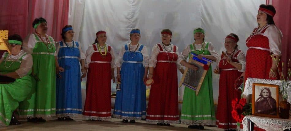 Вокальный коллектив «Ивушка» из Пудожья создал особое настроение на этом празднике. Поют - заслушаешься! Заонежане с пудожанами во всех веках тесно жили, детей женили, зерном делились