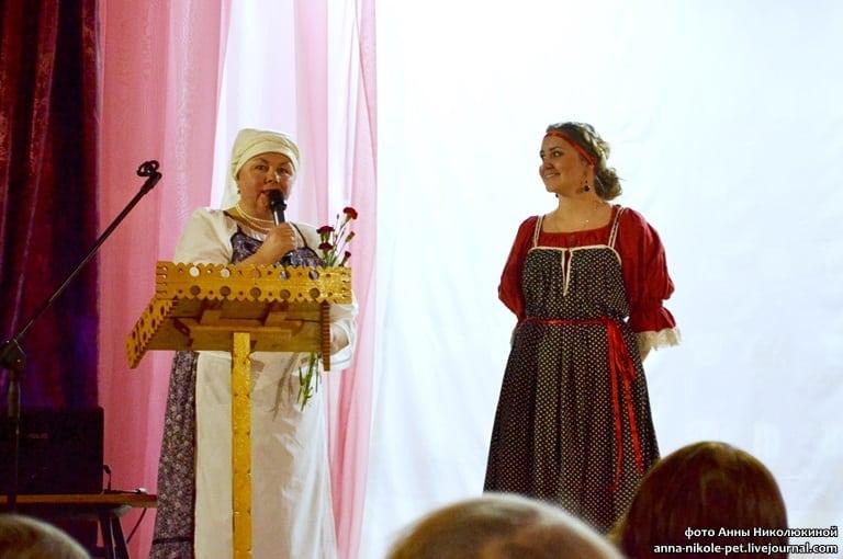 Валентина Сукотова благодарит директора Великогубского клуба Жанну Соколову, которая помогла сделать эту конференцию красочным праздником