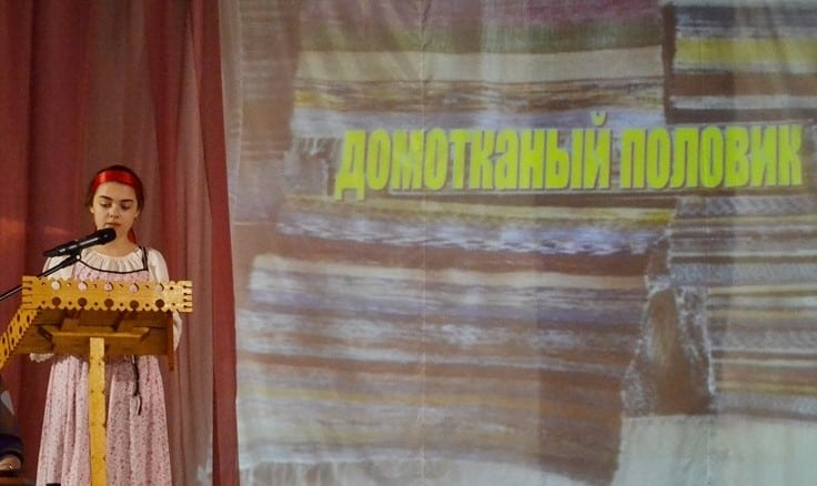 Мария Бабак и ее домотканые половики. Фото Анны Николюкиной