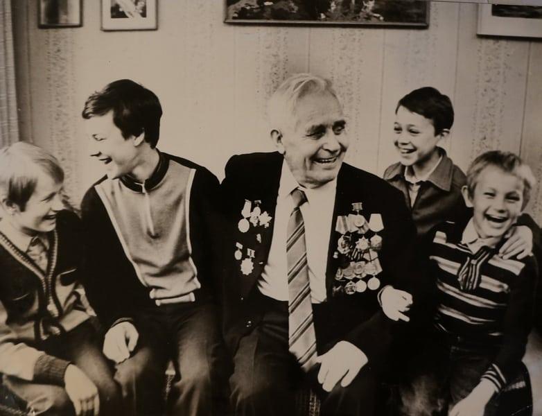 Внуки с дедом Антти Тимоненом. Справа -Вячеслав Поляков