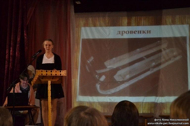 Полина Ёрохова и её санки-дровёнки. За компьютером Т.А. Крохина