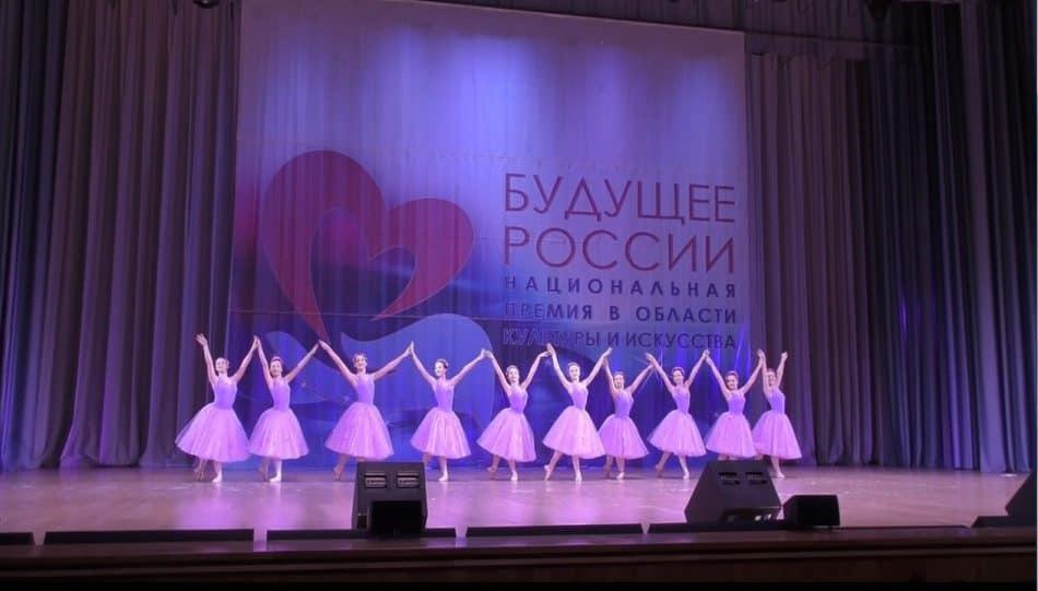 """Юные петрозаводские балерины исполнили """"Сиреневый вальс"""" на музыку австрийского композитора Роберта Штольца в постановке Натальи Гальциной"""